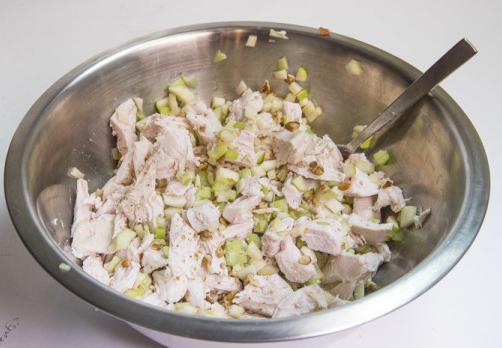 салат с сельдереем и курицей и яблоками