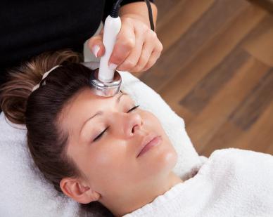 Чистка лица в салоне: важный элемент ухода за кожей