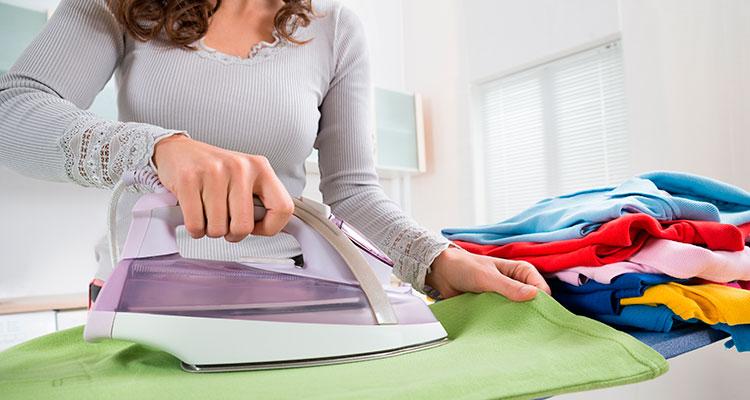 Женщина гладит белье картинка