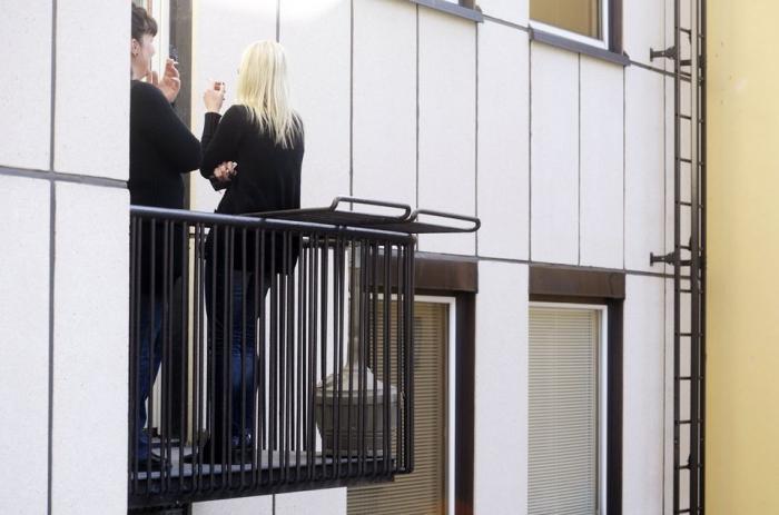Можно ли курить на балконе: как применить закон на практике?.