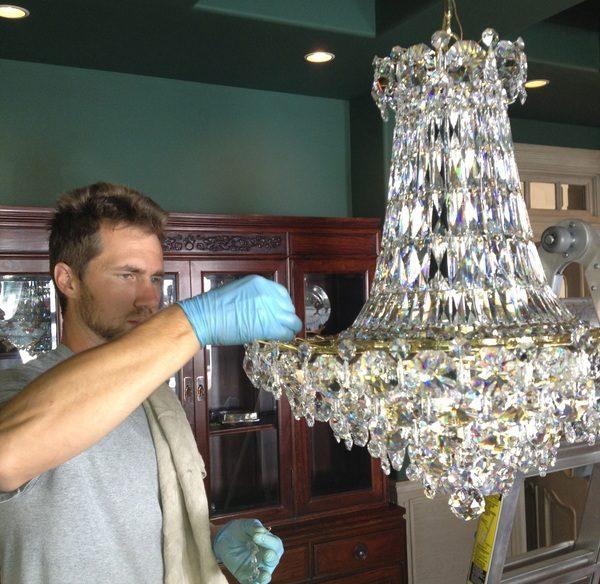 Как выбрать средство для чистки хрустальных люстр?