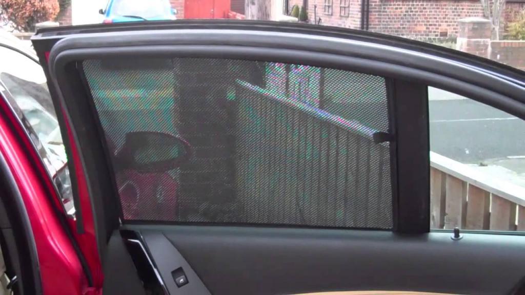 шторка на красной машине