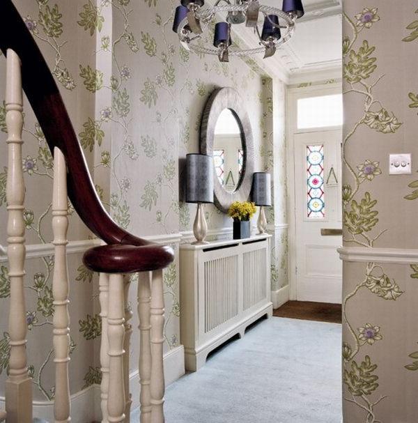 Яркая расцветка обоев для коридора