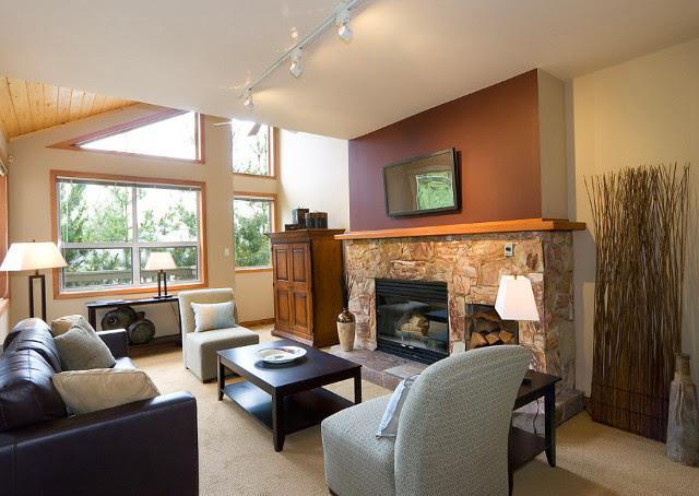 гостиная в стиле кантри с камином