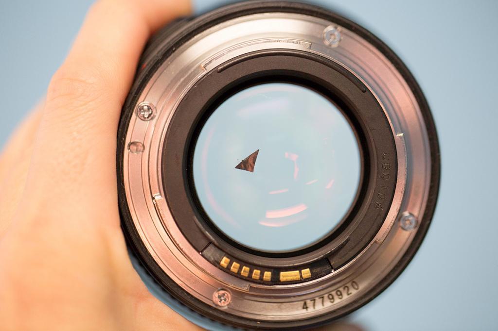 подарок чем протирать линзу объектива фотоаппарата красивом контрасте темной