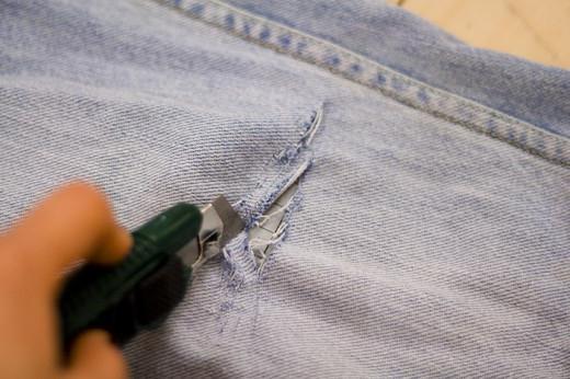 Как сделать дырки на джинсах с помощью лезвия - Gksem.ru