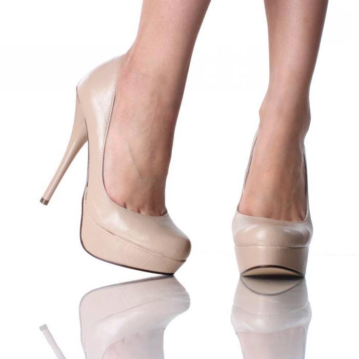 Бежевые туфли на высоком каблуке, фото