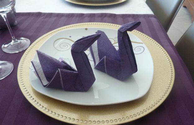 красиво сложенные бумажные салфетки в салфетницу