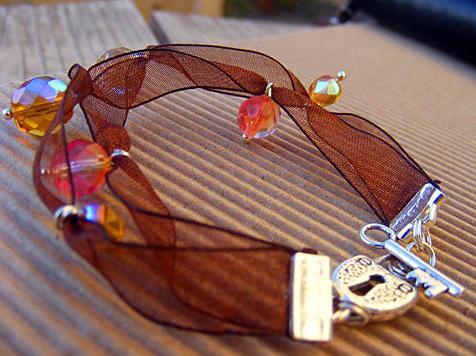 Однако если вы решите сплести браслеты из атласных лент, советуем вам задуматься о цветах и оттенках...