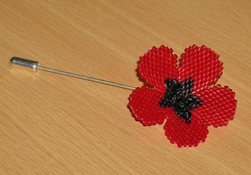 Для того чтобы сплести листики, используйте технику параллельного плетения.  Мак из бисера имеет яркий зеленый или...
