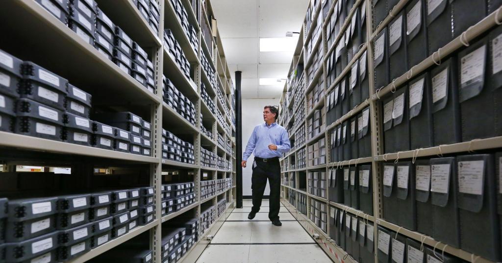 Поиск бумаги в архиве