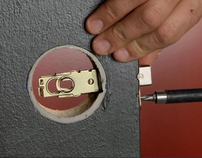 Установка магнитного замка