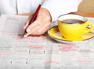 Сотрудник изучает документ и ставит подпись.