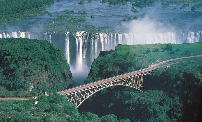 Реке расположен водопад виктория