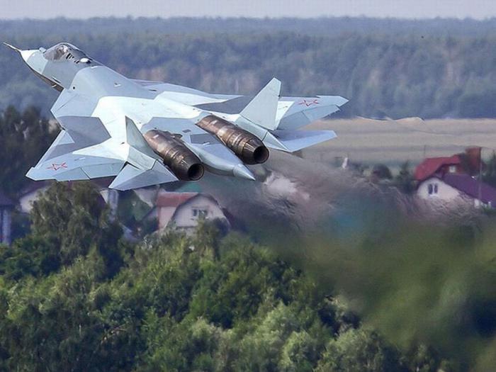 Испытания перспективного авиакомплекса фронтовой авиации (ПАК ФА) Т-50 проходят успешно, сообщил в субботу журналистам главнокомандующий Воздушно-космическими силами РФ генерал-полковник Виктор Бондарев.