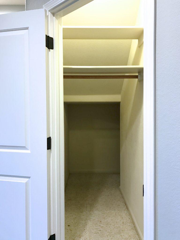 Кладовка под лестницей в частном доме: проектирование, интересные и оригинальные идеи с фото