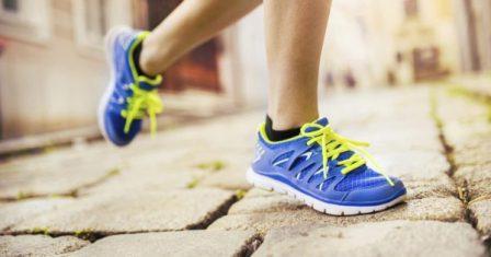 чем отличаются беговые кроссовки nike от adidas