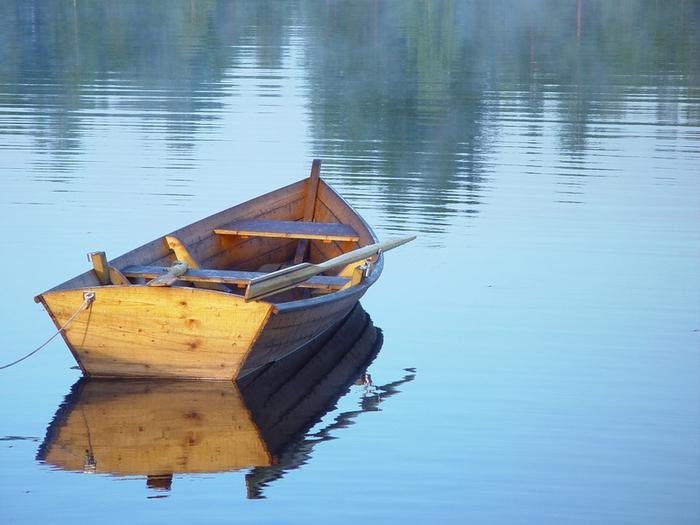 сонник лодка на воде пустая
