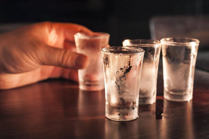 Во сне пить водку — к чему? Толкование сна