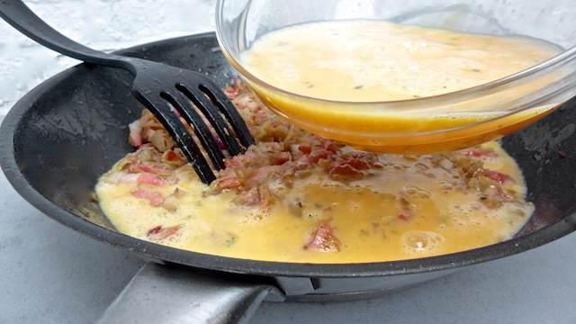 Омлет с молоком на сковороде и колбасой