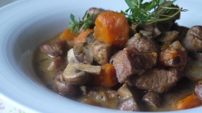 Рецепт вкусного гуляша из свинины с подливкой с фото пошагово