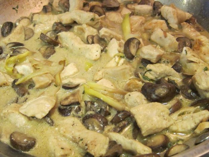 Шампиньоны в соусе на сковороде