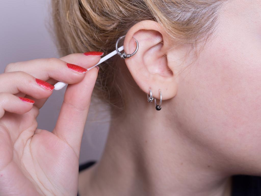 Болит ухо от сережки: что делать, причины, методы лечения