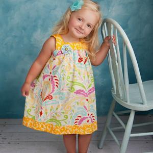 Для худеньких девочек можно подобрать сарафан с оборкой и рюшами. Модными оттенками в этом сезоне являются красный, зеленый