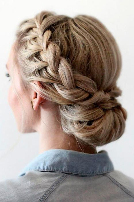 прически на выпускной плетение на средние волосы