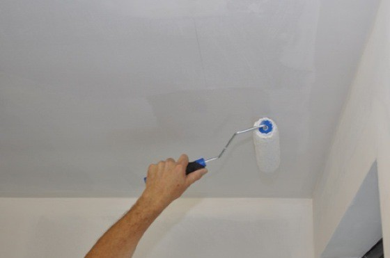 Как красить потолок водоэмульсионной краской без разводов