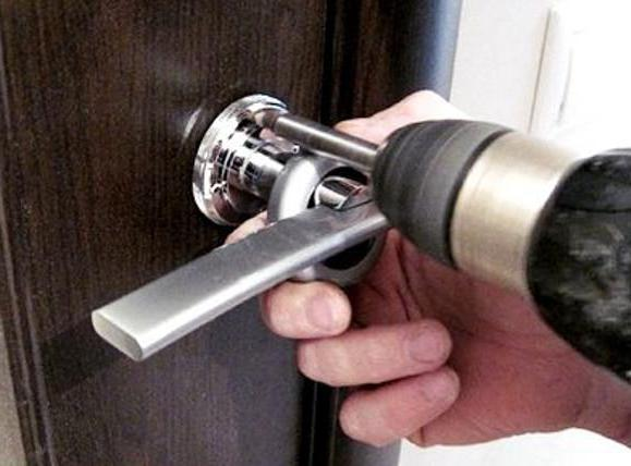 Как снять дверную ручку межкомнатной двери видео