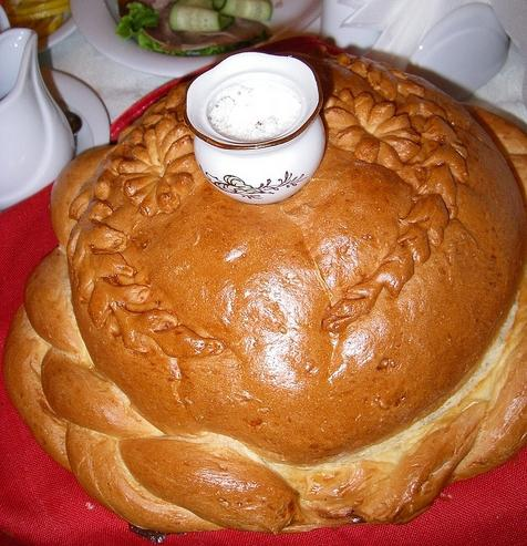 Как встретить молодых с хлебом-солью: традиция, прошедшая века