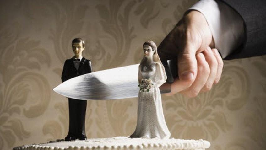 Что делать, если мужа приворожили?</p> <p> Отвороты от соперницы. Как снять с мужа приворот любовницы»/></p></div> </p> <p>Любая женщина сможет вернуть мужа от любовницы в семью, если вовремя начнет свою борьбу за него. А для этого следует знать и ориентироваться в основных этапах такого приворота.</p> <p> Первым этапом становится необычное поведение мужа, который замыкается и становится неразговорчивым.</p> <p> Он уже не занимается любимым делом, и кажется, что он просто не может найти себе места и не знает, чем заняться.</p> <p>На втором этапе чаще всего возникает полное равнодушие к жене: мужчина не только не интересуется ее жизнью, но и отвергает любые физические отношения между ними. На третьем этапе такой мужчина уже просто перестает быть адекватным, он не воспринимает окружающий мир.</p> <p> Именно на этой стадии власть над ним приобретает уже любовница. Чаще всего на этом этапе мужчина уже готов уйти из семьи или даже уходит.</p> <p>Если был использован самый сильный приворот, тогда уже на следующем этапе у мужчины может возникнуть не только стрессовое состояние, но и большие проблемы с его здоровьем. Жене нужно постараться, чтобы не допустить этого состояния.</p> <h2>Черный приворот женатого мужчины</h2> <p><div style=