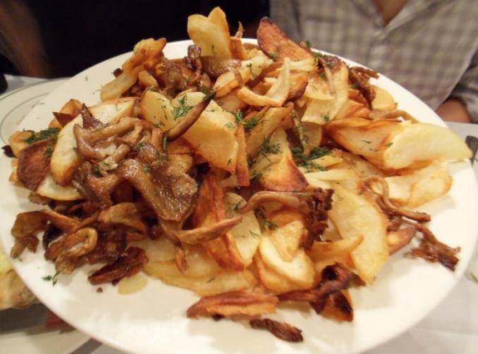 молодая картошка с лисичками жареная