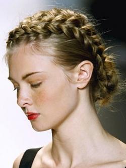 Плетение красивых кос на волосы средней длины.