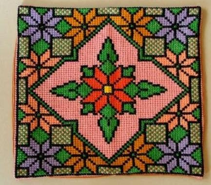 Вышивка шерстяными нитками подушки