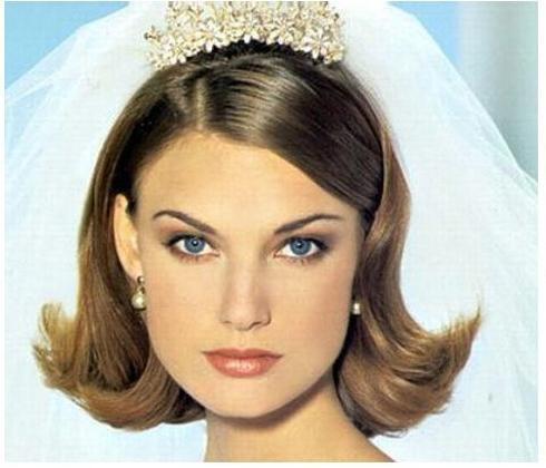 Стильная свадебная прическа на короткие волосы с фатой