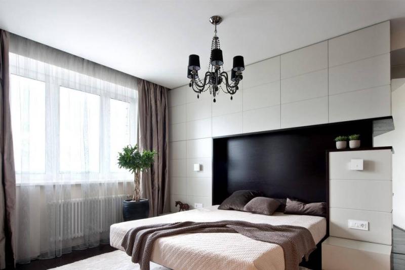 Одноуровневые потолки в спальне