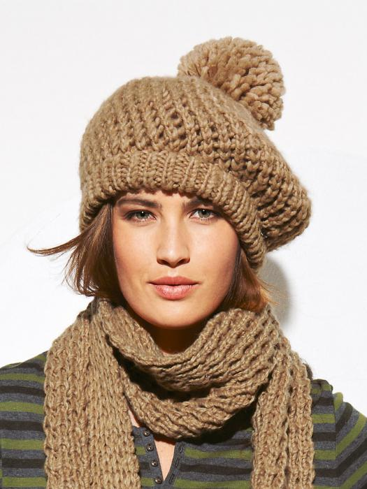 связать модную шапку спицами