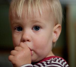 Почему ребенок сосет пальцы.