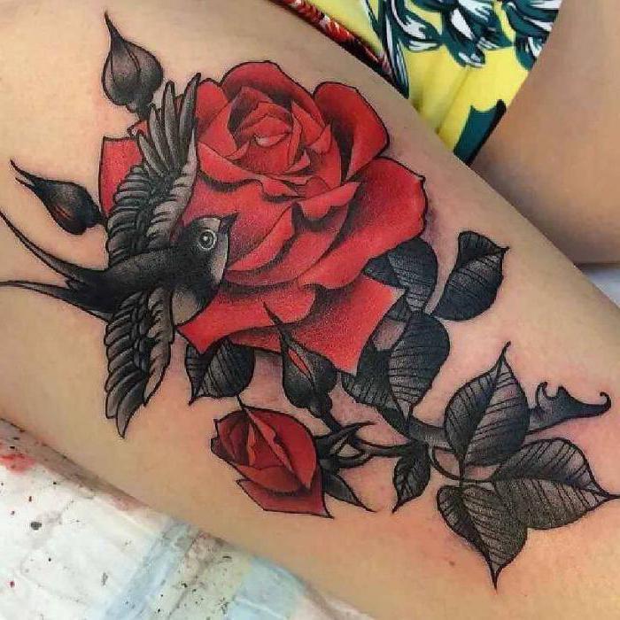 Цветы на бедре татуировка что