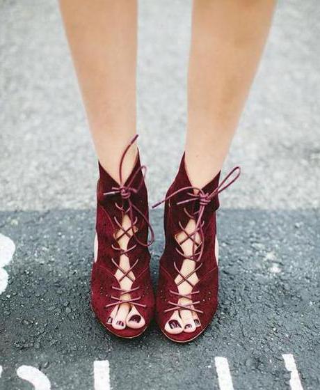 Бордовый педикюр: модные тенденции, дизайн