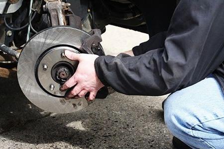 как заменить передние тормозные колодки