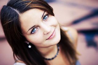 фото брюнетки с серыми глазами