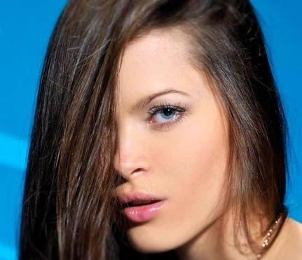 Макияж брюнетки с голубыми глазами