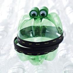 Как сделать лягушку из пластиковых бутылок?