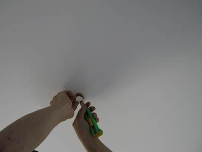 Дырка в натяжном потолке: как заделать правильно?