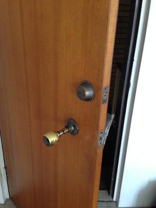 Что делать если дверь заклинило