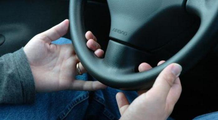 при езде на малой скорости бьет руль
