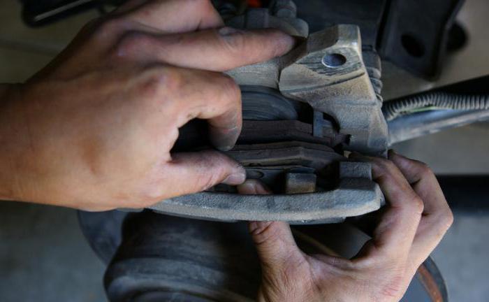 Поменять задние тормозные колодки